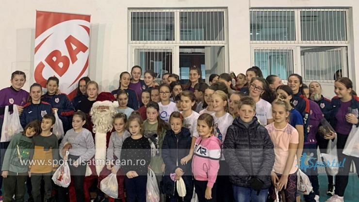 Handbal | Moșul CBA le-a oferit cadouri fetelor de la Atletik Satu Mare